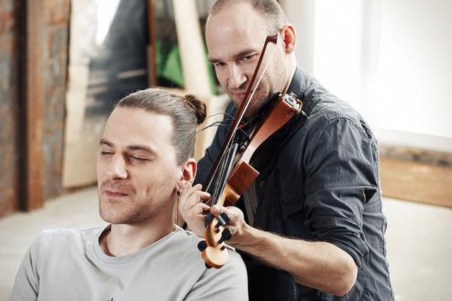 Fascinant : Un musicien joue du violon avec des cordes en cheveux 6