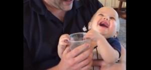 Ce bébé boit de l'eau pour la première fois 2