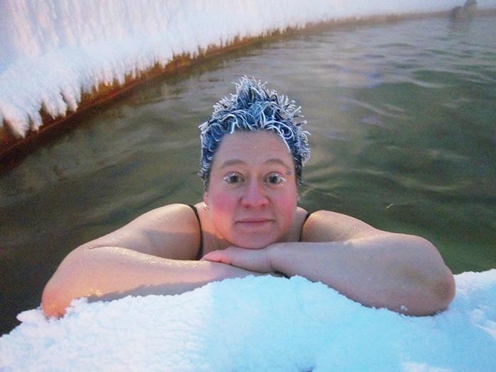 Incroyable concours de cheveux gelés dans des sources d'eau chaude au Canada 3