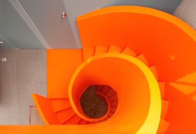 Un escalier en colimaçon haut en couleurs 7