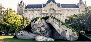 Admirez cette magnifique sculpture géante sur une place publique de Budapest 2