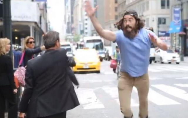 GENIAL : un mec de New York s'amuse avec les passants