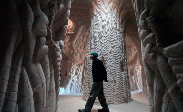 Cet artiste a passé 10 ans à sculpter une ENORME grotte, seul, avec son chien. 13