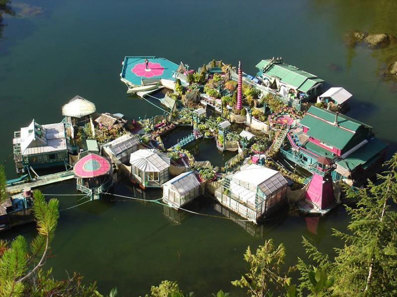 Un couple a mis 20 ans pour construire une île totalement autonome 7