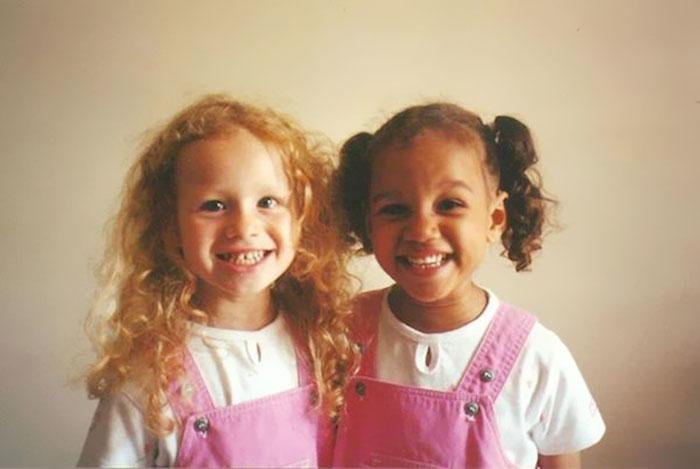 INCROYABLE : ces deux filles sont de vraies jumelles ! 2