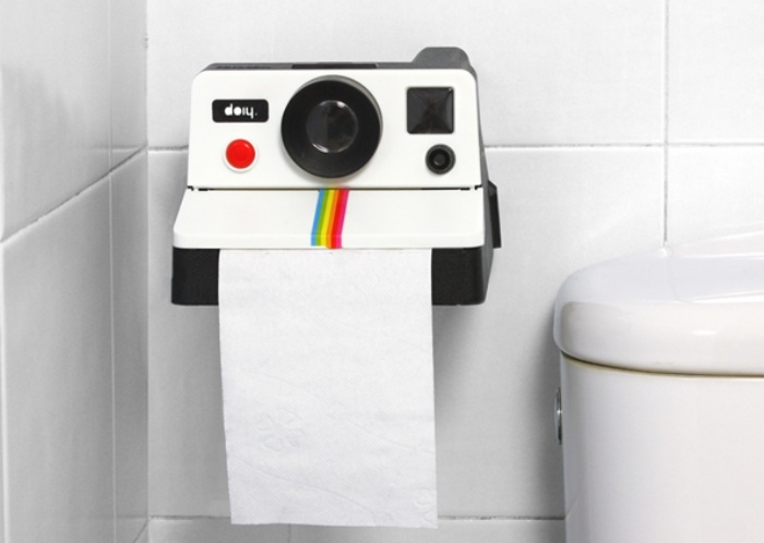 un enrouleur de papier toilette qui fait aussi support de tablette