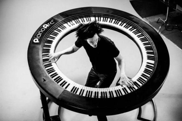 Le pianiste de Lady Gaga est le créateur de cet incroyable clavier circulaire 4
