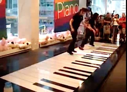 Ils jouent un air de Bach sur un piano géant !