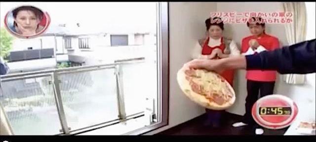 Il lance une pizza comme un frisbee.